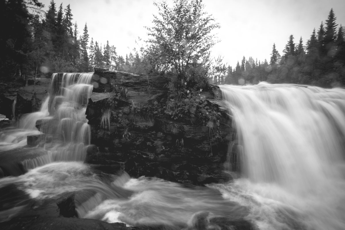 fjätfallen-waterfall-bw