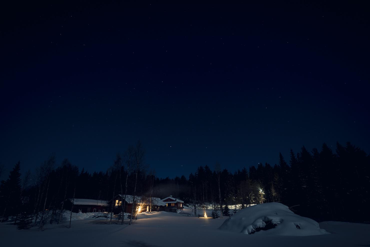 Fullmånen lyser på gården