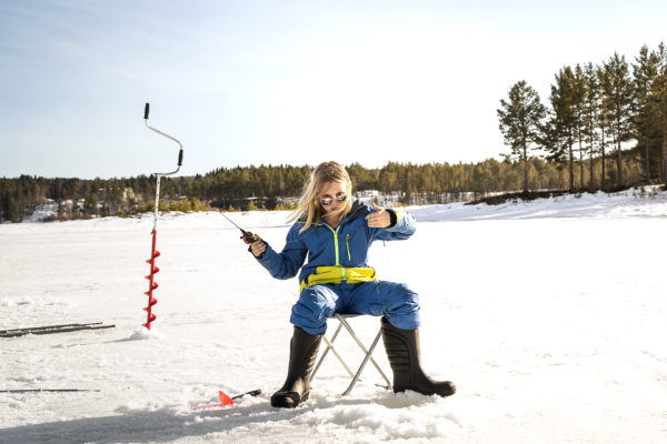 Amanda fiskar på Särnsjön