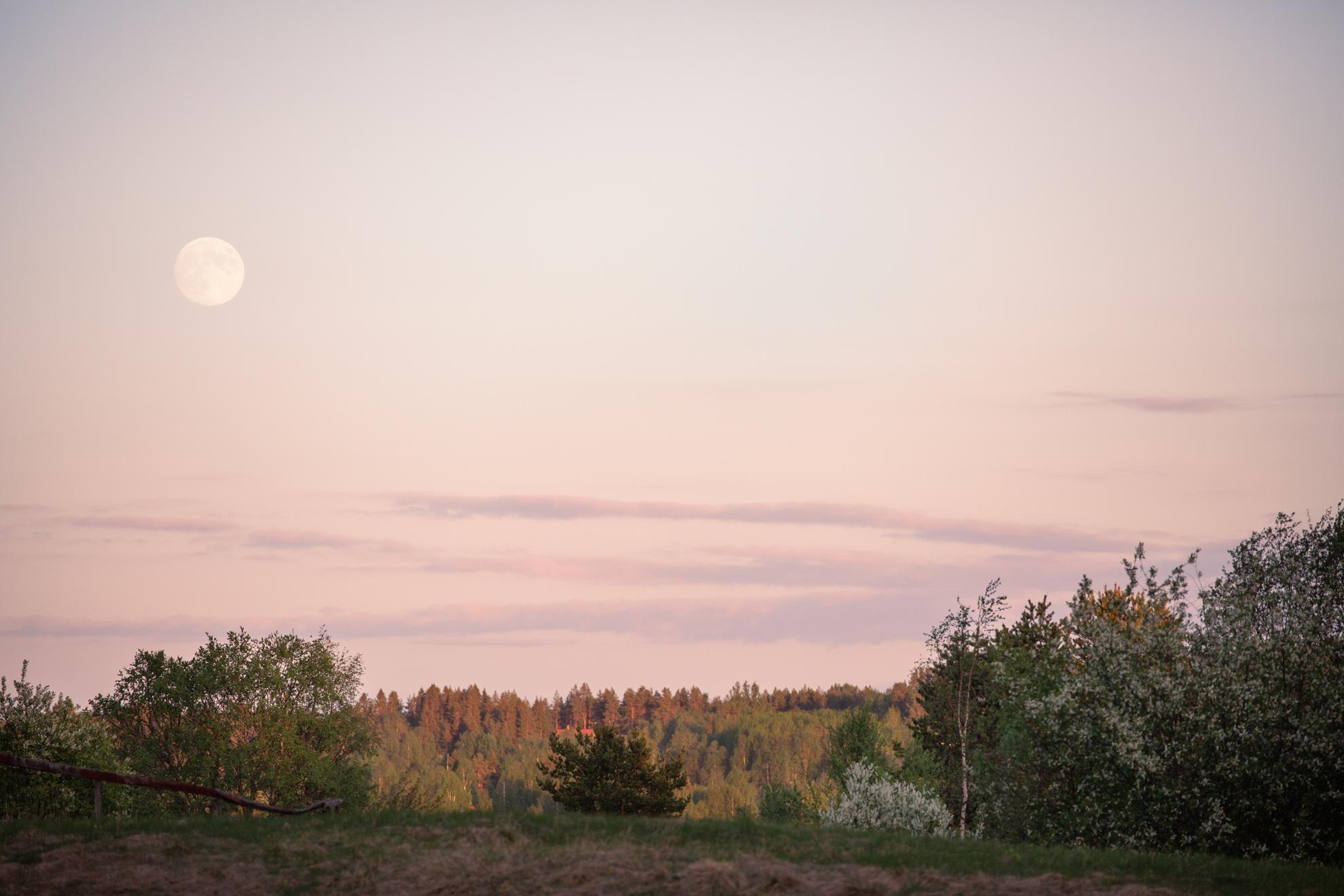 Juninatt med fullmåne